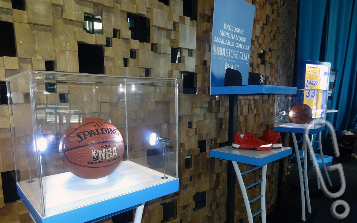 Sejumlah merchandise NBA yang dijual di NBA Store Indonesia (Foto: Genmuda.com/2015 Liki)