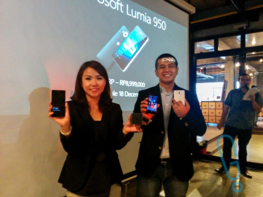 Selvia Gofar dan Irwan Hermawan memamerkan Lumia 950 yang akan segera tersedia di Indonesia pada tanggal 18 Desember 2015 (foto: Genmuda.com/2015 Aré)