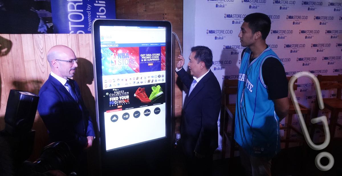 Demonstrasi pembelian oleh CEO Blibli.com Kusumo Martanto, ditemani oleh Managing Director NBA Asia, Scott Levy, dan Christian Ronaldo Sitepu.(foto: Genmuda.com/2015 Liki)