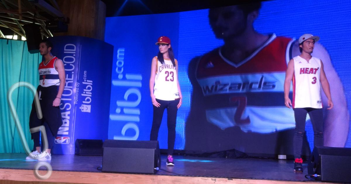 Sejumlah model yang memamerkan aneka merchandise yang ditawarkan oleh NBA Store (Foto: Genmuda.com/2015 Liki)
