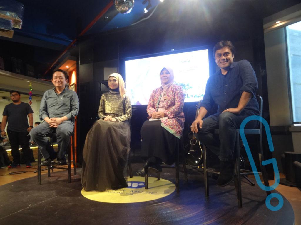 Toto Widjojo, Indah Nevertari, Helvy Tiana Rosa, dan Dwiki Darmawan di konferensi pers peluncuran single 'Rabbana' di kantor Warner Music Indonesia, Jakarta, Rabu (13/1) (Foto: Genmuda.com/2015 Gabby)