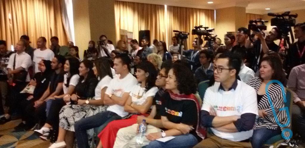 Kru dan pemain 'AADC2' nonton Video Diary mereka di konferensi pers di The Hall Senayan City, Jakarta, Senin (15/2) (Foto: Genmuda.com/2016 Gabby)