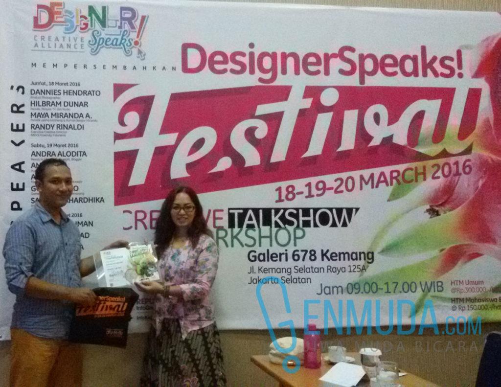Godham Eko Saputro dan salah satu pendiri DesignerSpeaks!, Liesna Shaw, di acara DesignerSpeaks! Festival 2016, Sabtu (19/3) (Foto: Genmuda.com/2016 Gabby)