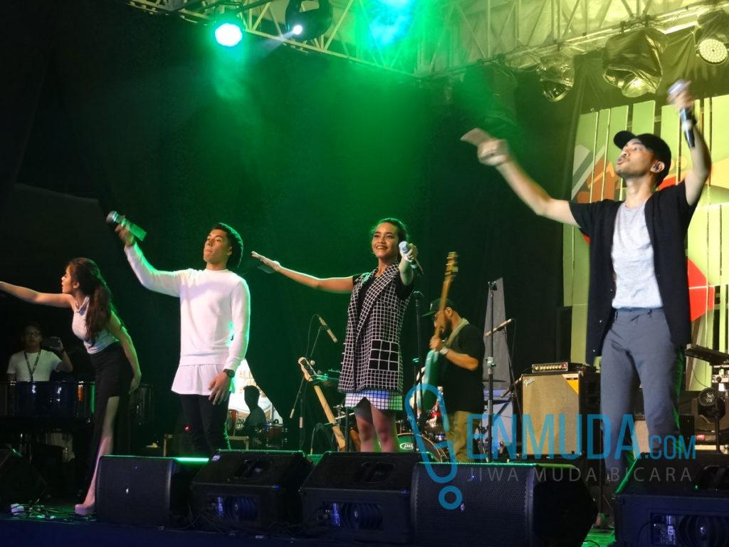 GAC bersama Jaz ngebawain lagu 'Stronger' di Java Jazz 2016 (Foto: Genmuda.com/2016 Gabby)
