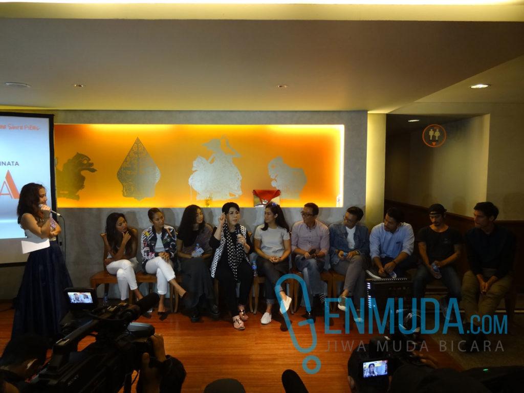 Para kru dan pemain film 'Ini Kisah Tiga Dara' di konferensi pers di kawasan Pakobuwono, Jakarta, Selasa (29/3) (Foto: Genmuda.com/2016 Gabby)