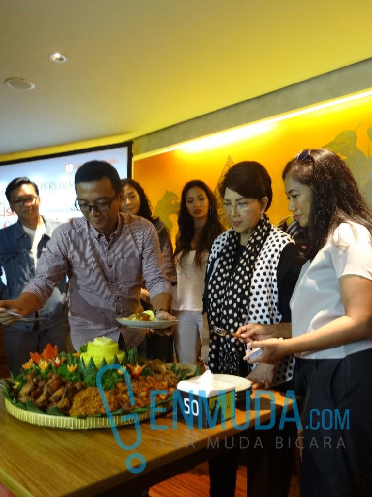 Yoki, Eyang Titiek Puspa, dan Nia Dinata potong tumpeng buat film 'Ini Kisah Tiga Dara' di konferensi pers di kawasan Pakobuwono, Jakarta, Selasa (29/3) (Foto: Genmuda.com/2016 Gabby)