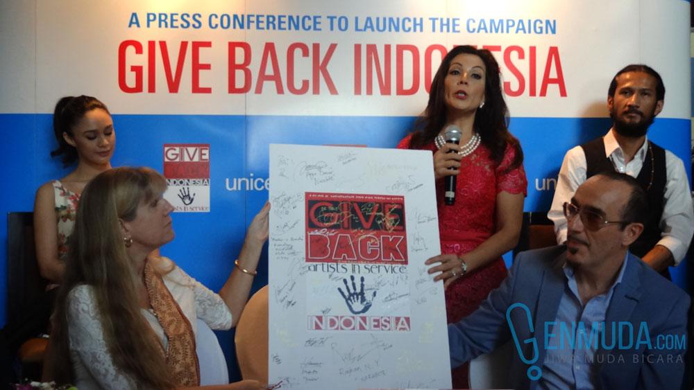 Madam Noor Traavik menunjukkan papan berisi tanda tangan para artis dan tokoh yang terlibat dalam kampanye 'Give Back Indonesia' (Foto: Genmuda.com/2016 Gabby)