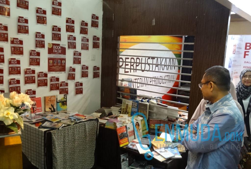 Menteri Perindustrian Saleh Husin meninjau miniatur Perpustakaan Kementerian Perindustrian di acara pembukaan Kemenperin Book Fair 2016, Selasa (12/4) (Foto: Genmuda.com/2016 Gabby)