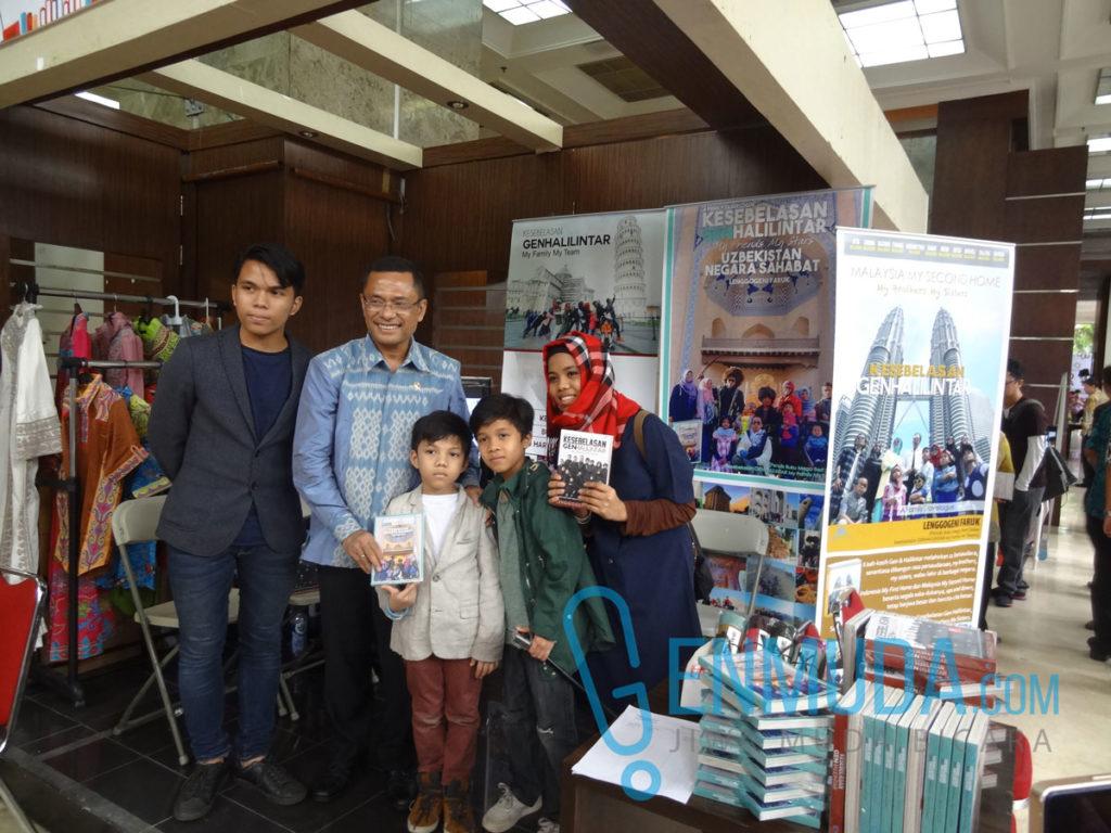Menteri Perindustrian Saleh Husin bersama Gen Halilintar di acara pembukaan Kemenperin Book Fair 2016, Selasa (12/4) (Foto: Genmuda.com/2016 Gabby)