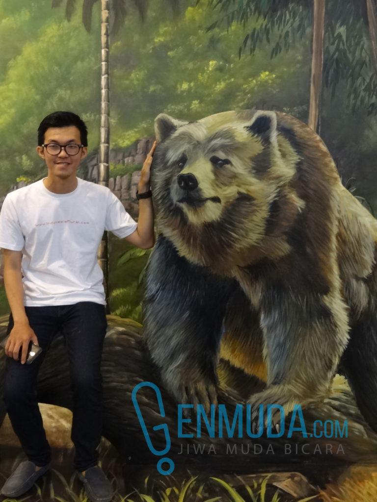 Richard Rich, owner Indonesia Mural, berfoto di 3D Trick Art Baloo di Gandaria City, Rabu (13/4) (Foto: Genmuda.com/2016 Gabby)