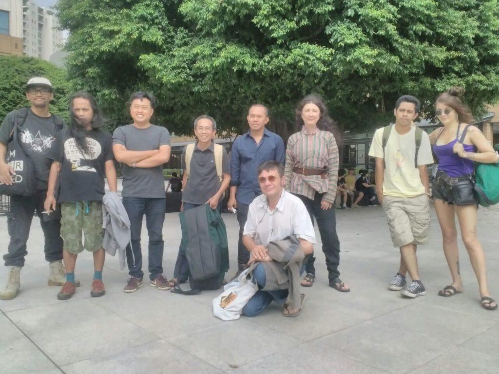 Les Rémouleurs bersama para seniman dan musisi Indonesia yang terlibat dalam pertunjukan wayang kontemporer 'Sang Burung' di Plaza Senayan, Jakarta, Sabtu (30/4) (Sumber: Istimewa)