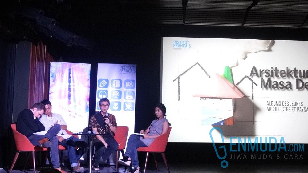 Marco Kusumawijaya menjawab salah satu pertanyaan pengunjung dalam diskusi publik Pameran Arsitektur Masa Depan pada hari Jumat (20/5) di IFI Jakarta (Foto: Genmuda.com/2016 Liki)