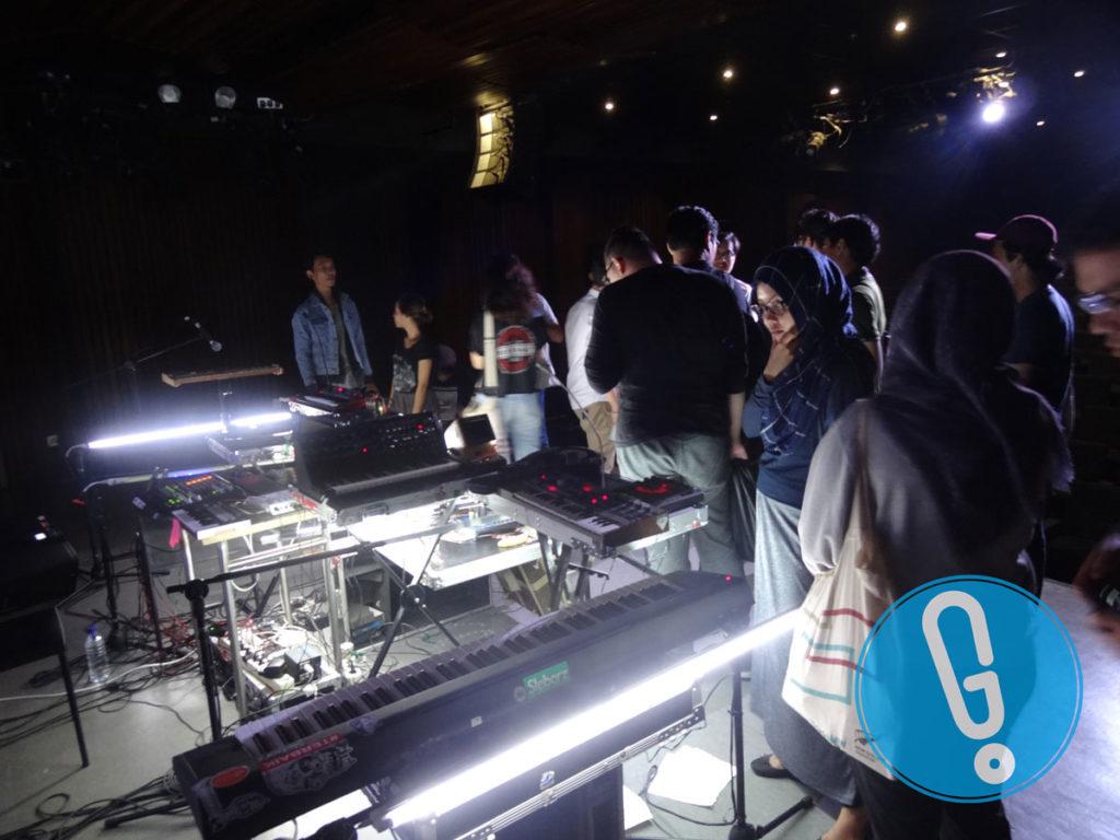 Penonton diberi kesempatan melihat alat-alat yang dipakai Bottlesmoker di atas panggung usai pertunjukan 'Hypnagogic Journey' di Auditorium IFI Jakarta, Jumat (3/6) (Foto: Genmuda.com/2016 Gabby)