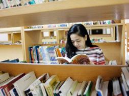 Cewek di Perpustakaan