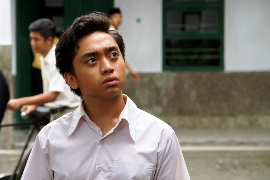 Ucu remaja lagi ngeliatin cewek kece di sekolahnya. (Sumber: Miles Production)