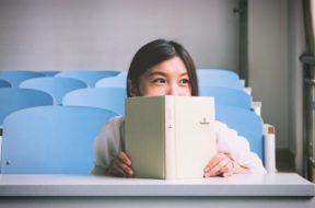 stock snap malu-malu senyum lihat buku perempuan wanita