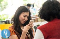 Cewek-dan-Smartphone