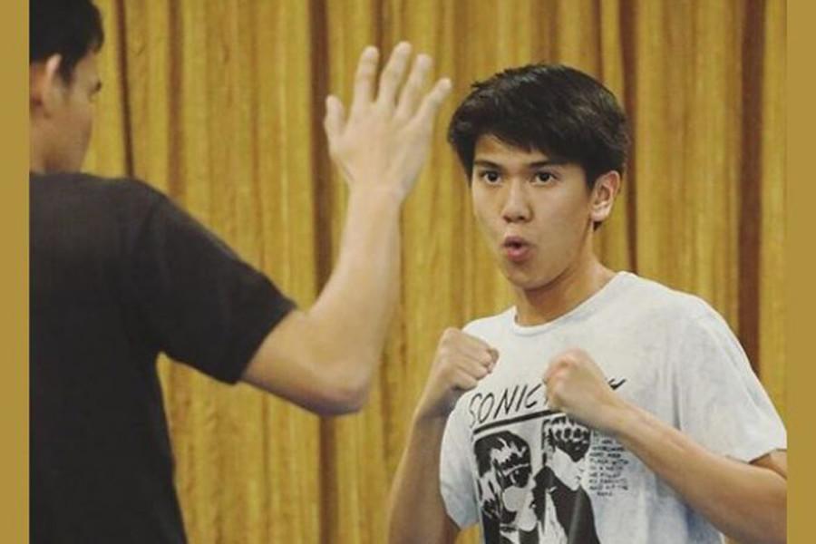 Persiapan Iqbaal perankan Dilan. Doi lagi belajar ribut, nih. (Sumber: tribunnews.com)