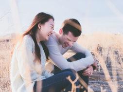 cowok humoris pasangan pacaran tertawa